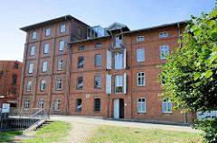 Historische Industriearchitektur am Mühlenteich in Boizenburg/Elbe; die ehemalige  Wassermühle wurde 1880 errichtet  - der nebenstehende Speicher  1892. Dieser wird jetzt gewerblich genutzt.