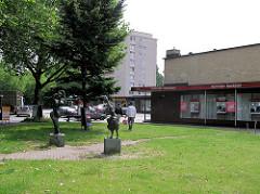 Alte Aufnahme vom Rothenburgsorter Marktplatz im Hamburger Stadtteil Rothenburgsort - Ladenzeile, Flachbauten im Baustil der 1960er Jahre; Hamburger Sparkasse. ( 2004 )