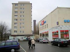 Alte Aufnahme vom Rothenburgsorter Marktplatz im Hamburger Stadtteil Rothenburgsort - Lebensmittelmarkt  PRO, Hochhaus und parkende Autos - im dazwischen der historische Wasserturm, Wahrzeichen des Stadtteils. ( 2002 )