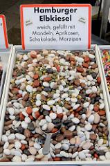 Marktstand mit Süßwaren auf dem  Wochenmarkt in der Großen Bergstraße, Stadtteil Hamburg Altona / Altstadt; Hamburger Elbkiesel, Dragees gefüllt mit Marzipan, Mandeln, Schokolade und Aprikose - sie gelten als kulinarisches Mitbringsel aus Hamburg,