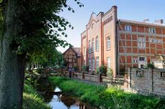 Historische Architektur am Wallgraben in Boizenburg; rechts das Gebäude der ehemaligen Synagoge der Stadt, die bis 1892 religiöser Versammlungsort der jüdischen Gemeinde war.