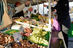Obst und  Gemüsestand  auf dem Wochenmarkt in Hamburg Finkenwerder, Finksweg.