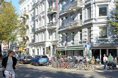 Sonniger Herbstnachmittag eines Sonntages an der Osterstraße Ecke Schopstraße im Hamburger Stadtteil Eimsbüttel.