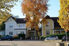 Historische Einzelhäuser der Gründerzeit im Denksteinweg in Hamburg Jenfeld; Bäume mit Herbstlaub am Straßenrand.