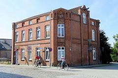 Historisches Geschäftsgebäude / Speicher  - Lagerhaus in der Klingbergstraße am Stadthafen von Boizenburg/Elbe. Am Giebel ist noch die Vorrichtung einer Winde zu erkennen sowie die Fassadenbeschriftung einer Firma - das Gebäude wurde zum Wohnhaus um