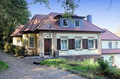 Wohnhaus am Soldatenfriedhof, Helmsweg im Hamburger Stadtteil Harburg; Wirkungsstätte des Harburger Bildhauers Michael Komorovski