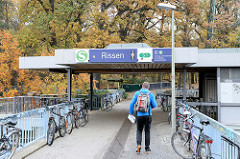 Haltestelle / Bahnhof der S-Bahn in Hamburg Rissen - ein Zug fährt in den Bahnhof ein; die Station wurde 1983 eröffnet.