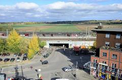 Blick auf die S-Bahn Haltestelle Allermöhe im Hamburger Stadtteil Neuallermöhe, der Bahnhof wurde 1999 eingeweiht. Im Hintergrund Felder und Acker; auf diesem 120 Hektar großen Areal soll bis 2030 das Wohngebiet Oberbillwerder mit 5000 - 7000 Wohnung