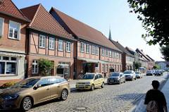 Geschäftsstraße / Einkaufstraße mit restaurierten  Fachwerkgebäuden in der Königstraße von Boizenburg/Elbe.