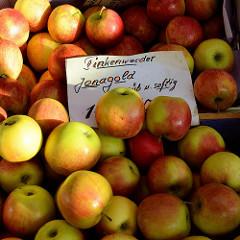 Apfelstand / Marktstand auf dem Wochenmarkt in Hamburg Finkenwerder, Finksweg - frisch geerntete Äpfel, Finkenwerder Jonagold..