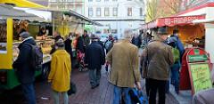 Marktstände auf dem Wochenmarkt auf dem Spitzenplatz im Hamburger Stadtteil Ottensen.