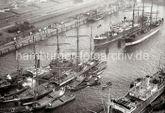 Luftbild vom Hamburger Segelschiffhafen - Frachtsegelschiffe Pamir + Parma; ca. 1930. Im Segelschiffhafen liegen die beiden Windjammer Pamir (lks.) und Parma - die Ladung des Frachtseglers Pamir wird gerade gelöscht.