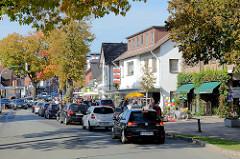 Autoverkehr / Autoschlange an einer roten Ampel in der Poststraße von Trittau.