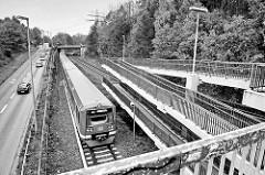 Haltestelle der S-Bahn in Hamburg Rissen - ein Zug fährt in den Bahnhof ein; die Station wurde 1983 eröffnet.