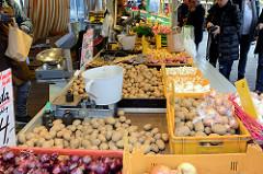 Marktstand mit Speisekartoffeln und Zwiebeln auf dem Wochenmarkt am Moorhof im Hamburger Stadtteil Poppenbüttel.
