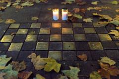 Grindel leuchtet, Erinnerung an die ermordeten Juden im Hamburger Grindelviertel; zum 80. Jahrestag der Pogromnacht stellten sie Kerzen neben die Stolpersteine, die vor den Häusern auf die ehemaligen jüdischen Bewohner hinweisen.