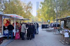 Wochenmarkt auf dem Marktplatz in Hamburg Rothenburgsort; Marktstände - im Hintergrund der historische Wasserturm, Wahrzeichen der Stadtteils.