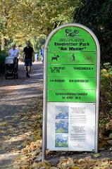 Hinweisschild auf den Eimsbüttler Park Am Weiher im Zentrum des Hamburger Stadtteils.