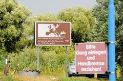 Elbufer bei Neu-Bleckede am Anleger der Autofähre Amt Neuhaus - Hinweisschild auf die ehemalige innerdeutsche Grenze.