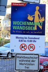 Hinweisschild des Bezirksamtes Hamburg Wandsbek auf den Wochenmarkt am Quarree.