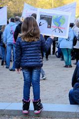 Aktionstag der überparteilichen Sammlungsbewegung Aufstehen - Sammelplatz der Demonstration mit dem Motto Würde statt Waffen auf dem Platz der Republik in Hamburg Altona.