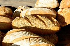 BioStand mit frischem Brot auf dem Wochenmarkt am Quarree im Hamburger Stadtteil Wandsbek.