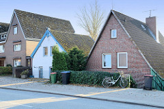 Wohnhäuser,  Einzelhäuser mit Satteldach hinter dem   Neßdeich in  Hamburg Finkenwerder.