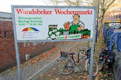 Hinweisschild auf den Wandsbeker Wochenmarkt am Quarree im Hamburger Stadtteil Wandsbek.