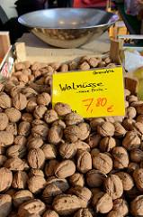 Marktstand mit   Walnüssen - neue Ernte - auf dem Wochenmarkt am Quarree im Hamburger Stadtteil Wandsbek.