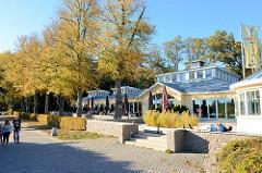 Herbststimmung im Harburger Stadtpark - Gastronomie mit Außenplätzen am Außenmühlenteich im Hamburger Stadtteil Harburg.