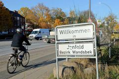 Stadtteilgrenze am Schiffbeker Weg in Hamburg Jenfeld, weiße Schild mit der Aufschrift Willkommen in Jenfeld, Bezirk Wandsbek.