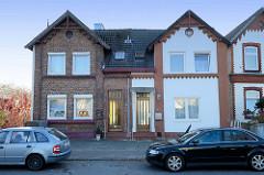Doppelhaus, teilweise mit Backsteinfassade und unterschiedlicher Fassadengestaltung am  Neßdeich von Hamburg Finkenwerder.