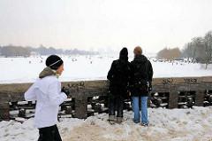 Blick von der Krugkoppelbrücke auf die zugefrorene Aussenalster in Hamburg.