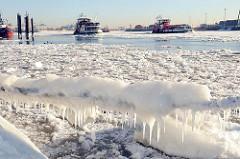 Frost in  Hamburg - Eis und Schnee am Elbufer und auf der Elbe.