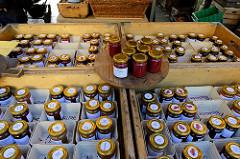 Marktstand mit unterschiedlichem Fruchtaufstrich in kleinen Gläsern auf dem Wochenmarkt   im Hamburger Stadtteil Ottensen / Spitzenplatz.