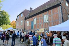 Trittauer Kunsthandwerkermarkt zum Erntedankfest an der historischen Wassermühle. Gebäude der Wassermühle in Trittau, errichtet   1701. Die Anlage am Mühlenteich steht als Kulturdenkmal unter Denkmalschutz.