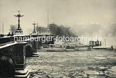 Hamburger Lombardsbrücke im Winter - Alsterdampfer im Eis auf der Binnenalster.