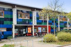 Farbige Fassade vom Stadtteil Kulturzentrum Hamburg Allermöhe.
