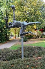 Kunst im öffentlichen Raum, Bronzeskulptur in Hamburg Wilhelmsburg - Bronzeskulptur Fußballspieler / Torwart, 1974 - Bildhauer Gerhard Brandes.