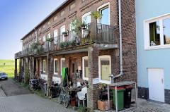 Historisches Klinkerreihenhaus mit Balkons am Auedeich im Hamburger Stadtteil Finkenwerder.