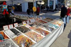 Marktstand mit Süßwaren auf dem  Wochenmarkt in der Großen Bergstraße, Stadtteil Hamburg Altona / Altstadt.