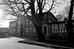 Historische Schulgebäude / Schulanlage an der Ostfrieslandstraße in Hamburg Finkenwerder; das 1893 erbaute Hauptgebäude steht als Kulturdenkmal Hamburgs unter Denkmalschutz.