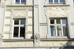 Wohnblock an der Straße Vogelhüttendeich im Hamburger Stadtteil Wilhelmsburg; Jugendstilarchitektur, mehrstöckiges Wohnhaus mit weißglasierten Ziegeln und Jugendstilornamentik.