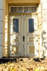 Eingangstür eines historisches Wohnwirtschaftsgebäude am Finkenwerder Landscheideweg im Hamburger Stadtteil Finkenwerder. Das Gebäude wurde 1812 errichtet und steht als Baudenkmal Hamburgs unter Denkmalschutz.