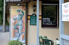 Ehemalige Grenzstation der DDR in Boizenburg. Ein Grenzpolizist winkt auf einem Bild aus Boizenburger Keramikkacheln - der ehemalige Grenzübergang wird jetzt als Gaststätte genutzt.
