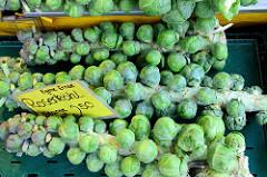 Obst und Gemüsestand auf dem Wochenmarkt am Moorhof im Hamburger Stadtteil Poppenbüttel; frisch geerntete Stangen mit Rosenkohl liegen  in der Auslage.