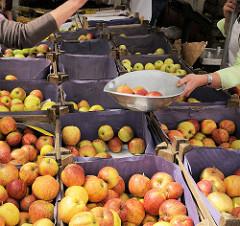 Wochenmarkt im Hamburger Stadtteil Lohbrügge - Marktstand mit Äpfeln auf dem Lohbrügger Marktplatz.