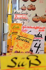 Marktstand mit Zwiebeln und Speisekartoffeln auf dem Wochenmarkt am Moorhof im Hamburger Stadtteil Poppenbüttel.