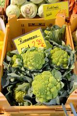Gemüsestand auf dem Wochenmarkt in der Wedeler Landstraße in Hamburg Rissen; Gemüsekisten mit Romanesco und Kohlrabi.