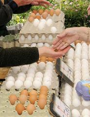 Wochenmarkt im Hamburger Stadtteil Lohbrügge - Marktstand mit frischen  Eiern   auf dem Lohbrügger Marktplatz.